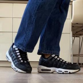 hey!! jeg sælger disse vildt fede og behagelige Nike air max 95:))  de er købt i Frankrig, og sælges da jeg ikke får dem brugt. har brugt dem max 3 gange:))