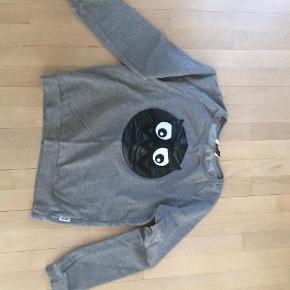 Brand: Someday  Soon Varetype: Sweatshirt Størrelse: 14 Farve: Grå Prisen angivet er inklusiv forsendelse.