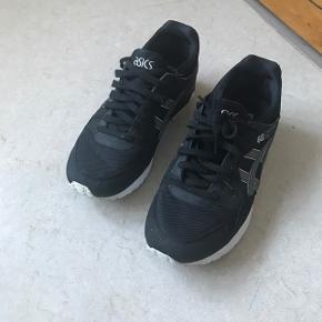 Stand 7/10, flappen i skospidsen på venstre sko sidder løs, men burde kunne fixes med lidt lim.