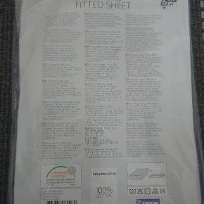 Lækkert formsyet lagen i 100% bomuld. Mål: 140 x 200 x 35. I original emballage, aldrig åbnet. Pakken har fået nogle slag men lagnet fejler ingenting.