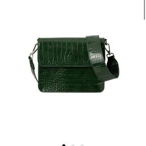 Sælger min hvisk taske i grøn. Den er brugt få gange og fejler derfor ingen ting. Skriv for billeder af den