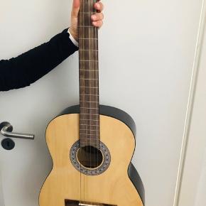 Spansk Sant guitar. Brugt, men stadig i god stand.