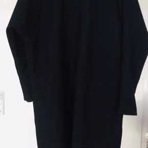 Sort oversize blazer/cardigan fra Message. Det er en Kollektionsprøve hvor der er stropper i taljen til et bælte - jeg har brugt den uden (bælte medfølger altså ikke :-)) Fin stand.