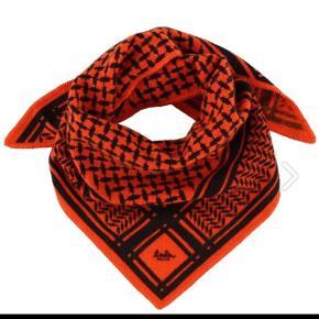 Sælger dette lækre Lala Berlin tørklæde 100% kashmir, i den super dejlige røde flotte farve!♥️ Et fint lækkert tørklæde som kan bruges på mange måder!☀️ Smid en PB hvis du er intra  Er åben for ALLE bud✌🏼