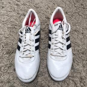 Adidas fodboldstøvler i str 37. De er brugte men langt fra slidt op.