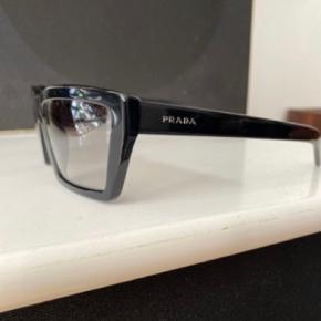 Brillen er unik model og er anvendt blandt andet til PRADA modeshows.   Det er en unisex model  De er ubrugte og har alt originalt tilbehør som er uåbent  Ingen kvittering haves 😊