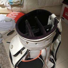 Lækker læder golfbag i hvid med orange og sort trimming. I fin brugt stand, med enkelte brugsmærker.  Har netop i dag d. 7. Nov '19 sat den ned fra 500kr til 200kr.