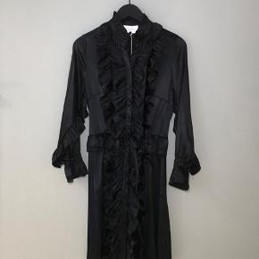 Virkelig fin Hosbjerg silkekjole med flæser. Kan snøres ind i taljen. Kun brugt et par gange