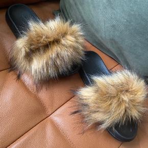 Helt nye sko med pels (faux fur)  De er str. 38/39   Kan afhentes i Greve eller sendes med DAO mod betaling af porto  #Secondchancesummer