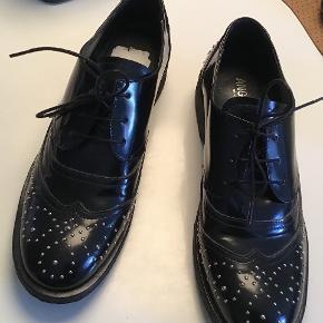 Som nye. Brugt en gang. Det er str 38,5. Np. 1299 kr Superflotte og lækre sko.