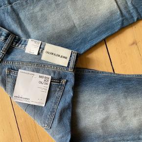 Calvin Klein - Mid Rise Boy Jeans CKJ061. Str. W28 x L32. De passer mig fint nok i længden, men for store om livet. Aldrig brugt.