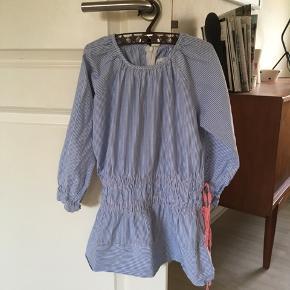Meget fin kjole str 4 år m blå og hvide smalle striber.