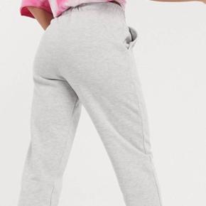 Joggingbukser/sweatpants fra COLLUSION Aldrig brugt eller vasket, kun prøvet på Str 34 Spørg endelig hvis du har spørgsmål❤️