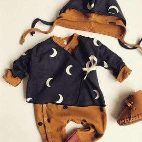 Midnight Wrap Top Black   + pixie bonnet  fra Organic Zoo.  Str. 3-6 mdr.  Kun brugt en gang.  OBS - det er kun det sorte sæt jeg sælger.