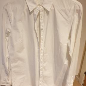 Smuk og enkel Tommy Hilfiger skjorte,klassiske model.  Str 10 vurderet til M. ingen stræk.