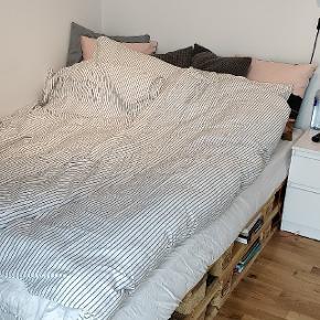 Palle-seng sælges (kun paller uden madras). De ligger i to lag, så der er 8 paller (tilskåret). De passer til en madras på 140x200 cm. Pallerne er ikke skruet sammen, så de er lette at flytte, men de rykker ingen steder, når man ligger på dem ;) Godkendte europaller.
