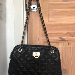 Sort DKNY taske med justerings mulig strop. Nærmest ikke brugt, i virkelig fin stand🌸