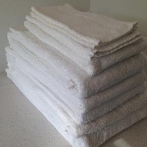 5 store forskellige badehåndklæder  1 alm håndklæde 4 vaskeklude  Er som ny