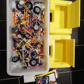 Masser af knex til spændende samlerobjekter 2 kasser med samle vejledning. Kan sendes u. Kasserne med DAO