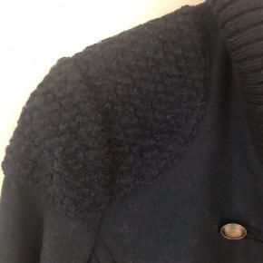 Super lækker varm jakke. Brugt få gange. Fuldstændig som ny. Str S svarer til M.