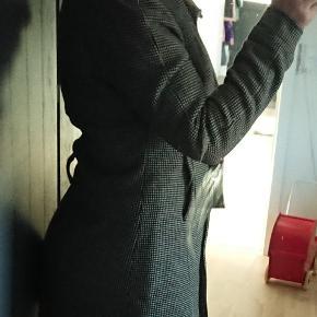 Smuk velsiddende figursyet luksus efterårsjakke eller vinterjakke/vinterfrakke i dansk design.  100% uld med foer.  Ryg midt bag (uden krave) 82 cm.  Sidelængde fra armhule til bund 62 cm  Ærmelængde fra armhule til hændled 50 cm  Bryst2x52 cm  Hofte 2x57 cm  Alle udvendige mål.