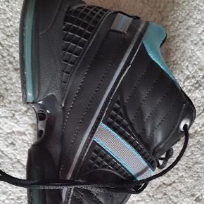 Varetype: Sneakers Farve: Sort Prisen angivet er inklusiv forsendelse.  Reebok sneakers i str. 37 Næsten som ny.