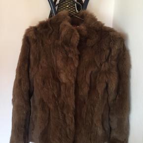 PELS JAKKE. Sælger min pels jakke, da den er for lang i ærmerne og kort i længden. Jeg har aldrig brugt den. Jeg har fået den i gave af min søster. Så skal ikke tjene så meget på den. den er lavet af 100% kaninpels  Uden parfurme  Kan godt gå ned i pris Prisen er sat med fragt Hvis du henter selv (Odense ) trækker jeg fragtpriser fra Størelser ; bryst 50cm Længde 60 cm  Skulder længde 40 cm Arm længde 57cm Vide i ærmerne 29cm
