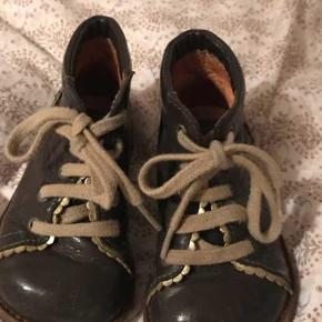 Varetype: Støvler Farve: Brun  Fine støvler med søde detaljer, har lakskader derfor den billige pris. Se fotos
