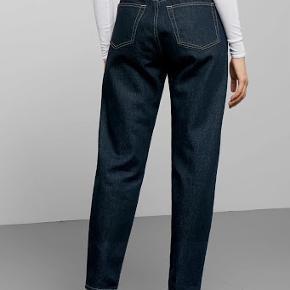 """Weekday jeans i modellen lash i farven 'Dark indigo' med Tobacco farvet søm. Størrelse 27/30  """"Lash jeans are our loose fit that sits high on the waist and have some more space in the thighs. They have tapered legs and are made of a classic, rigid denim.""""  Har nærmest aldrig været brugt og fremstår helt nye 👖"""