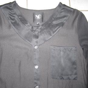 Lækker silke skjorte fra Nü By Staff Woman med skønne detaljer som lomme og skind-look på ryggen. Ekstra knap vedhængt vaskemærket.