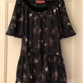 Varetype: Lang Farve: Sort Oprindelig købspris: 2900 kr.  Smuk og unik silke tunika fra MANOUSH.  Str 36 men pga vidden har jeg brugt den som str M Været på 2 gange! Nypris knapt 3000,-