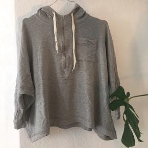 Sender pakker i dag, så send mig en besked hvis du skal være den nye ejer ☀️  Oversize hoodie fra h&m  Kom gerne med bud og tjek mine andre annoncer, sælger ud af en masse tøj, da det desværre er blevet for stort ✔️🙋🏼♀️   Er altid klar på en hurtig handel ☺️🌸