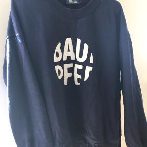 Sælger dennne lækre sweat trøje i den skønneste blå farve med hvid logo print på maven..   Bytter ikke ..