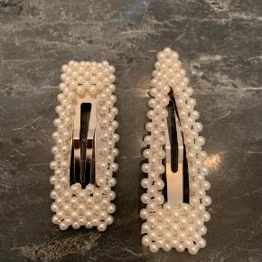 Sælger disse to fine spænder fra Sui Ava i sølv.  65 kr pr stk.  Det firkantede måler ca 7,5 cm. Det trekantede måler ca 8,5 cm.  Søgeord: perle spænder / hår spænde/ hårspænde / spænde / hårpynt / trend / smykke / style / ganni / birgerchristensen / birger christensen / suiava / pico / perle / perler / perle spænder / perle spænde