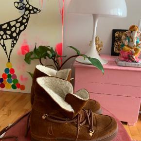 Lækre Billi Bi ruskindsstøvler med snørebånd og kilehæl.  Støvlerne er næsen ikke brugt.