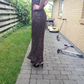 Varetype: Lang  aften kjole Farve: Brun Oprindelig købspris: 2500 kr.  Smuk aften kjole med pailletter.