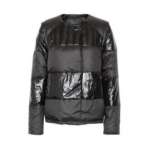 Cool jakke fra Gestuz -  Str 34, har både lynlås og magnetknapper,  Ærmer kan lynes af så det er en vest 😍👌🏼 Brugt omkring 10 gange, ny pris var 2000,-  Sælges til en fornuftig pris ✨