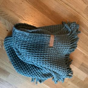 Lækker plaid fra Mette Ditmer brugt til pynt på sofaen , har købt ny sofa så farven passer ikke til den .