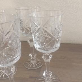 Super smukke vintage vinglas i bøhmisk krystal med flotte slibninger, H20,5cm x Dia 7,5cm, yderst flot stand, ingen ridser eller skår. Sælges samlet, 6 stk. Pris + Porto. Gerne mobilpay eller kontant ved afhentning. TS-handel +5%
