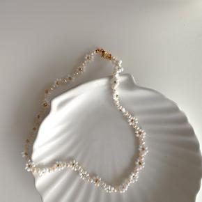 Håndlavet halskæde Materiale: naturlige ferskvandsperle og smukke perler i fint farve længde: 40cm Kan sende med Postnord til 10kr på egen ansvar