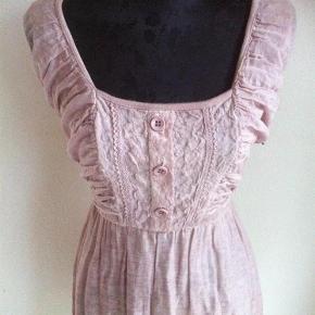 Varetype: kjole KUN 75 KR. PP Farve: pastellyselilla  Lavet af: 80% cotton og 20% silk  Tilbyder at sende med DAO, på denne vare! :)  >ER ÅBEN FOR BUD<  ¤Se også mine andre annoncer¤  BYTTER IKKE!