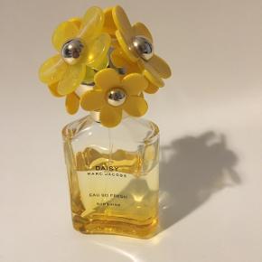 Daisy Marc Jacobs eau so fresh. Sunshine. Oprindelig 75 ml flaske  Brugt under halvdelen  3 måneder gammel . 250kr