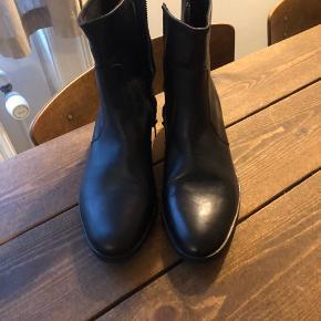 Helt nye støvler, prøvet en enkel gang. Ny pris var 1400kr, kom med et bud :-)