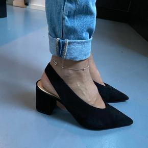 Flotte sko fra Notabene i den populære model Jackie slip on/ sling. Flotte både til jeans og kjole.  De er købt herinde men str passede mig desværre ikke. De er i rigtig flot og velholdt stand.  Sort ruskind.  Svarer til en alm 37. Måler ca 23,5 cm.  Flere billeder i kommentarfelt. Eller skriv dit nr for flere billeder.
