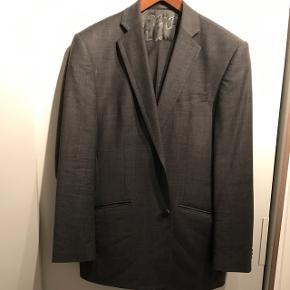 Fed grå ternet jakkesæt, str 52, brugt 3 gange. Sælges da det er blevet for småt 😁