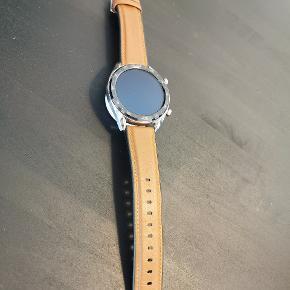Super fint huawei smart watch brugt en lille uges tid😊 Byd endelig🥳 Ved køb af flere ting gives der mængde rabat og vi kan dele fragten 🤗🤗🤗