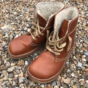 Fede originale kernelæder støvler sælges pga forkert størrelse. De er næsten ikke brugt. Plejet med læderolie. Str.42, men er nok nærmere en str.40.