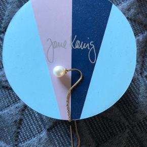 Så fin enkelt forgyldt ørering med ferskvandsperle fra Jane Kønig.