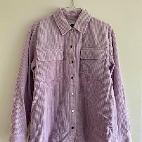 Super lækker skjorte i fløjl! Varm og dejlig til vinteren eller det kolde forår. Jeg er åben for et bud :-)