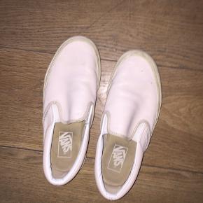 Fede Vans sko i rosa læder, stort set ikke brugt. :)   Købt i London nogle år tilbage. Får dem desværre ikke brugt:)
